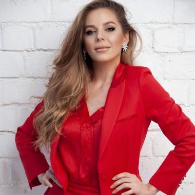 Elena photo rouge 1